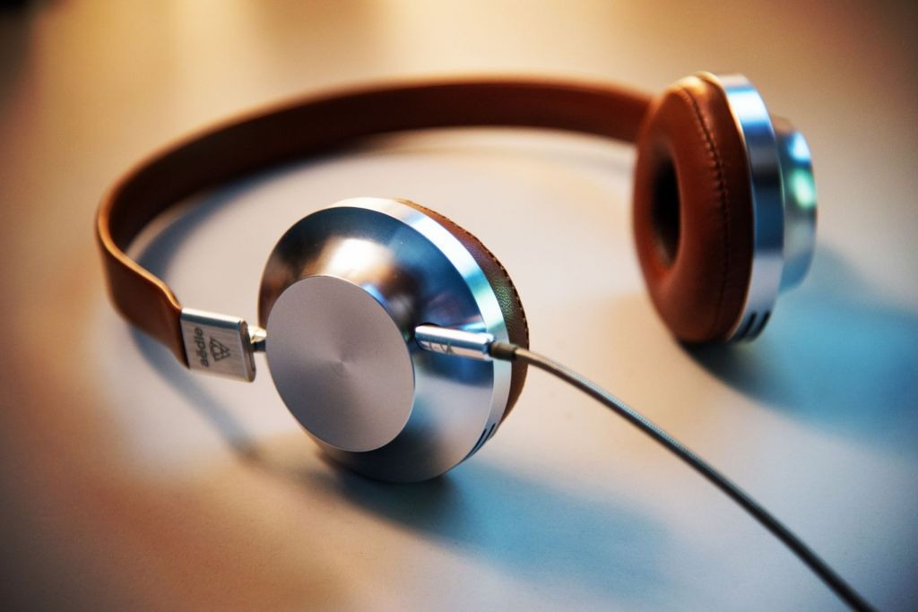 screenwriting-podcasts-headphones-lee-campbell-GI6L2pkiZgQ-unsplash